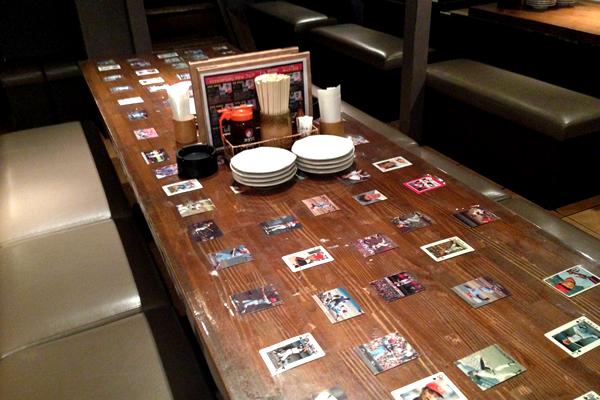 選手のカードが飾られたテーブル