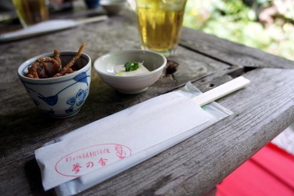 箸とお茶、かりんとう、豆腐