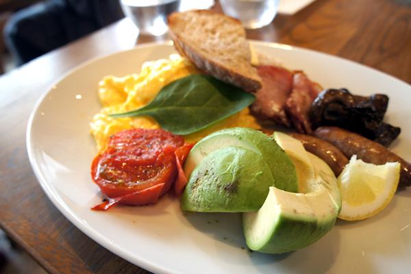 フルオージーブレックファスト w/ トースト、ガーリックマッシュルーム、ベーコン、ローストトマト、チポラータ