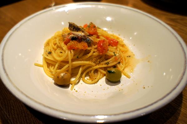 神奈川産 秋刀魚とオリーブ・フレッシュトマトのペペロンチーノ アンチョビパン粉を振りかけて