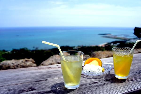 テラス席から見える一面の青い海が超絶景!沖縄南城の海カフェ カフェくるくま