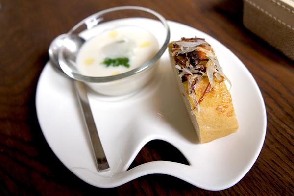 カリフラワーのスープとキュウリのジェレとパン