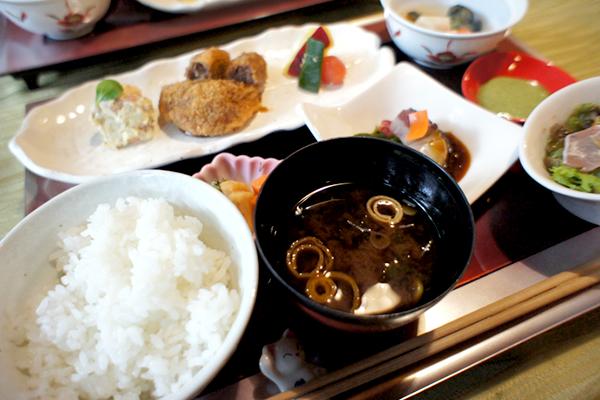 一軒家を改装した隠れ家レストラン!落ち着いた雰囲気で和食を楽しめるお店 神楽坂 和楽