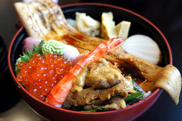 贅沢に丼からはみ出た穴子が迫力満点!新鮮なお寿司や海鮮丼を味わえる館山のお店 おしゃれ鮨 海の花