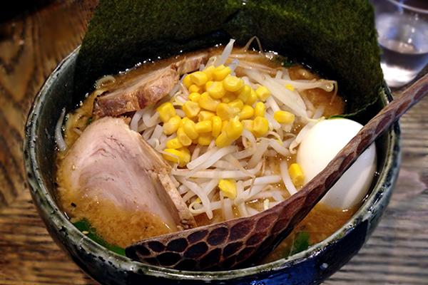 背脂×濃厚味噌スープとモチモチ縮れ麺がウマイ!銀座のおいしいみそラーメン ど・みそ 京橋本店