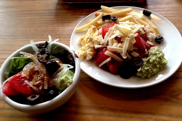 サラダとタコライス