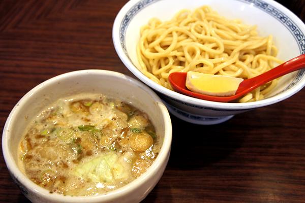 甘めに煮込んだプリップリの牛ホルモンが入ったつけ麺がウマイ! 渋谷 つけ麺 ちっちょ極