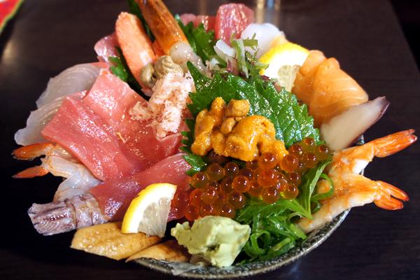 新鮮な魚介がどっさりのった海鮮丼が大迫力!岡山の中央卸売市場内のお店 味の匠 大名庵
