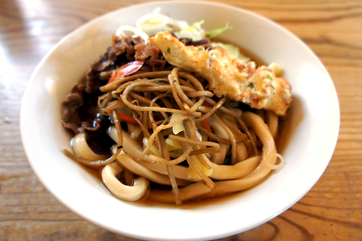 揚げたてのちくわ天にクセになる硬い麺がウマイ!山梨・吉田のうどんのお店 あらきうどん