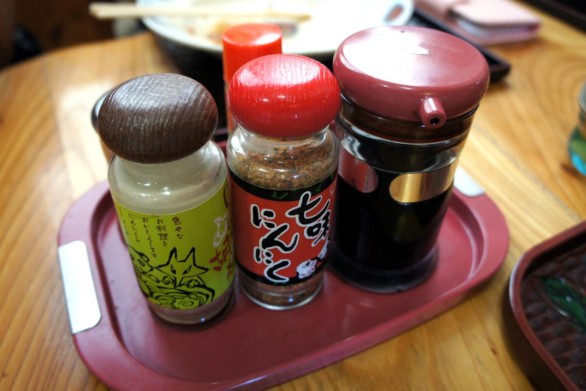 元祖 神谷焼きそば屋 ソース、七味にんにく、にんにく胡椒